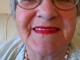 奶奶 puts 上 她的 唇膏 然後 sucks 年輕 公雞 視頻