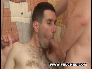 Homo trío succionando corrida corrida desde culo a boca