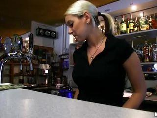 Barmaid lenka nailed पर the बार के लिए कॅश