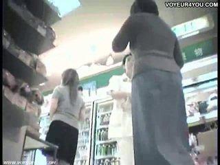 Sales clerks opp skjørtet truser av asiatisk babes.