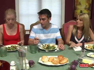 Мащеха jacks край момче под на маса