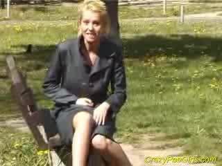 بلوندي pees في children park