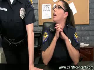 На полиция frisk тях за груб dongs към смуча на при на станция