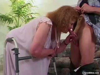جدة loses لها أسنان في حين مص