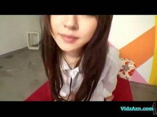 เอเชีย หญิง ใน shirt giving ใช้ปากกับอวัยวะเพศ ระยำ บน the เตียง