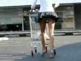 Dívka temptation has tupokolík nahoru kolo prdel zatímco shopping