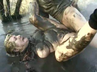 Nakal porno prestasi dekat untuk sebuah menjijikan nenek having got laid di itu mud
