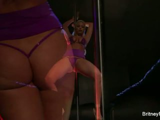 Britney amber: pirang bombshell britney amber strips and dances