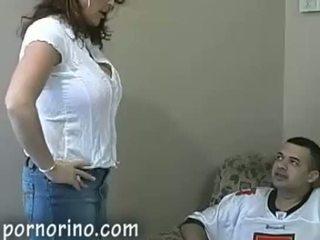 Quente milf mãe a chupar e stroking filho para ejaculações
