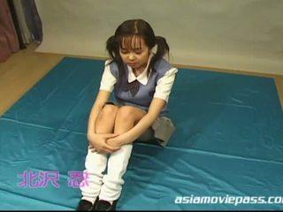 Japanisch schulmädchen enjoys bukkake mit vergnügen