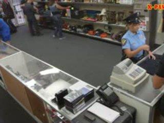 Gjoksmadhe polic oficer pawns të saj stuff dhe nailed në fitoj para në dorë