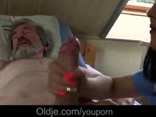 Slims vectēvs gets īpašs ārstēt no jauns medmāsa
