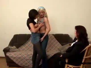 Two innocent najstnice students came da njihovo poredne debeli učitelj da postanejo lezbijke