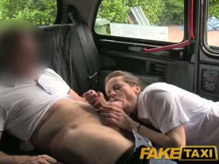 Faketaxi сексуальна брюнетка middle літня жінки в панчіх і suspenders