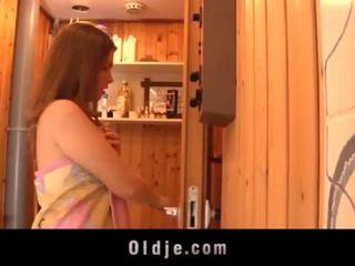 Grey stary człowiek seduced przez teeny dziewczyna w the sauna fucks mokre cipka <span class=duration>- 6 min</span>