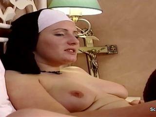 Alemão freira obter dela primeiro caralho a partir de repairman em kloster