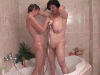 Saggy lesbičky kúpanie