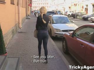 Tricky agent - modesto blondy turns para ser realmente starving para