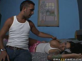 Gražus krūtinga brunetė paauglys kūrva getting jos burna pakliuvom