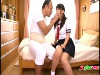 Japonesa innocent escolar seduced por viejo fea tío