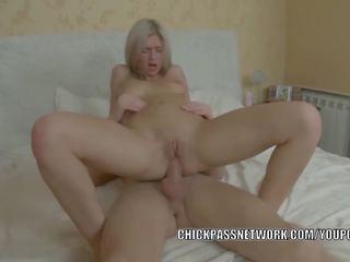 Ado hottie caitlin est getting baisée en son étroit cul