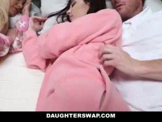 Daughterswap - daughters becerdin sırasında slumberparty