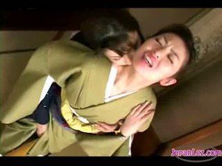 Asiatiskapojke flicka i kimono getting henne ansikte kissed fittor och tuttarna