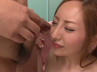 เกี่ยวกับเอเชีย ผู้หญิงสวย toying และ blowing