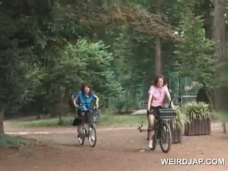 Ázsiai tini sweeties lovaglás bikes -val dildos -ban azok cunts