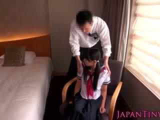 Klein japanisch schulmädchen gefickt von unternehmen mann