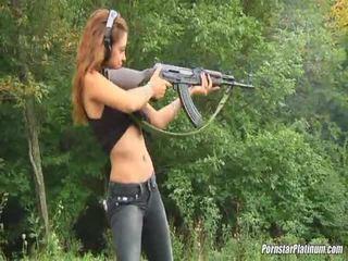 Shooting guns perto por alguns avid fool