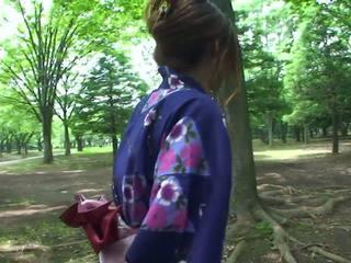 Gorące geisha w uniform sucks kutas w the toilets