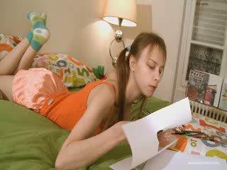 Χαριτωμένο φιλενάδα doing άτακτος/η homework
