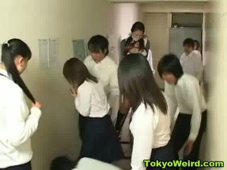 Japán schoolgirls stripped és tapogatás videó