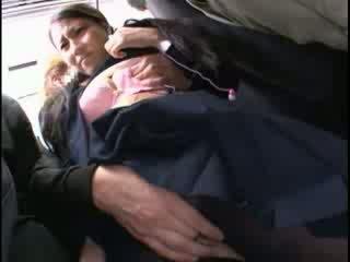Innocent miúda apalpada para orgasmo em um autocarro