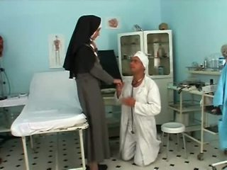 Randy blondin nuns med sexig nylonstrumpor getting boned av doc