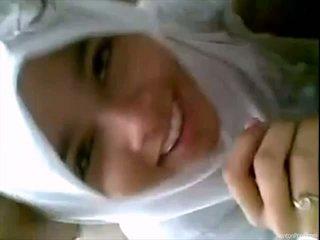 예쁜 인도네시아의 소녀 gives 입