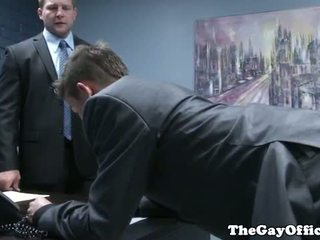 Gaysex šéf spanks a fucks tw-nk assistant