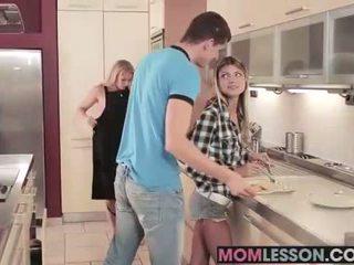 Gina sees henne styvmamma sugande henne bf och teaches henne en lesson