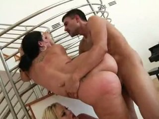 Laimingas guy su two pawg's