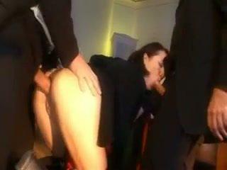 Tuhma koulutyttö rangaistaan kanssa a mulkku sisään hänen perse ja suu