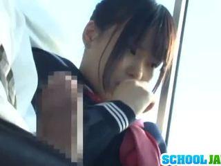 Public autobus puts ei moth inauntru the autobus riders lap