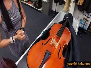Amatør babe sells henne cello og pounded i den bakrom