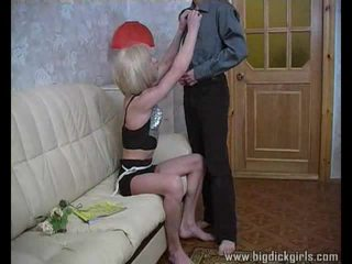 Randy guy drills blondinė crossdresser