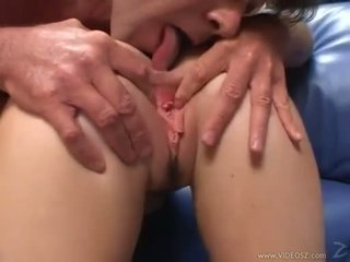 Elizabeth lawrence gets henne snäva liten röv körd medan being fingered