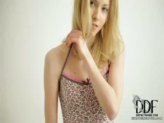 甘い camila strips & seduces
