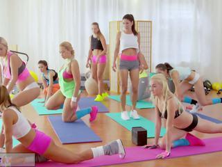 Fitness rooms veľký prsia lesbičky mať rampant posilňovňa.
