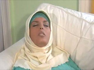 Kaakit-akit muslima sa hijab may malaki body ay a sexaddict