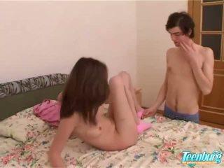 Gaja gets fodido em um longo saia em câmara