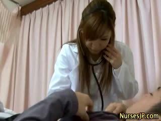 患者 gets ハード として アジアの 看護師 examines